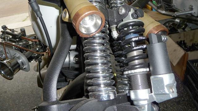 Springer vork met demping voorzien van messing , koperen Led koplampjes door Hoogvliet Motoren
